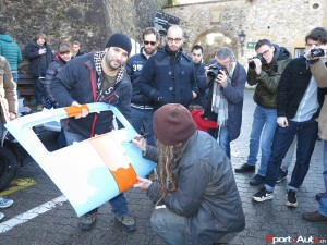 03-Magnus Walker signe le capot d'une Porsche 911@Photo Laurent Missbauer